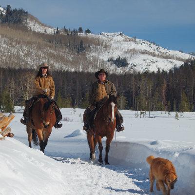 romantic-winter-vacation-horse-back-riding